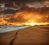 倒空沙滩和有风海剧烈的天空的 免版税库存图片