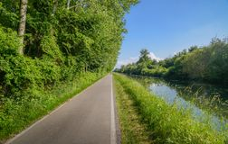 倒空沿Naviglio Pavese,为30km舒展从帕尔瓦到米兰,意大利的运河的循环的道路 库存照片