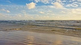 倒空波罗的海海滩在与蓬松云彩的一个晴天,拉脱维亚 免版税库存图片