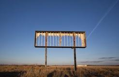 倒空生锈的广告牌金属框架 图库摄影