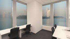 倒空电话有转台式电话、海岛和大都会的cente办公室有摩天大楼的窗口外 背景 影视素材