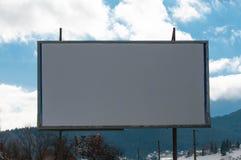 倒空白色广告牌在一个晴朗的冬日 图库摄影