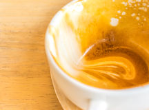 倒空白色杯子在木桌上的热的咖啡拿铁 库存图片