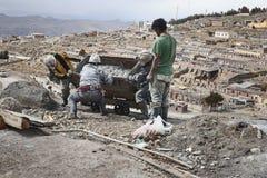 倒空矿推车的矿工在塞罗里科银矿在波托西 免版税库存图片