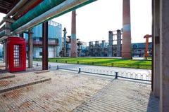 倒空红砖与老钢钢铁制品的路面地板  库存图片