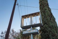 倒空被放弃的旅馆金属标志,葡萄酒,蓝天 免版税图库摄影