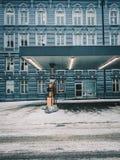 倒空被放弃的蓝色加油站 免版税库存照片