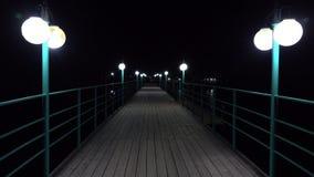 倒空被点燃的码头在夜4K射击 股票录像
