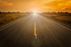 倒空迷离柏油路和标志succe的阳光和标志 免版税库存图片