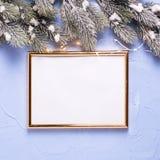 倒空金黄框架和圣诞节装饰在蓝色织地不很细b 免版税库存图片