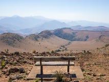 倒空长木凳俯视的山和Malolotja自然保护,斯威士兰,南部非洲干旱的风景  库存照片
