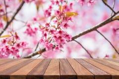倒空顶面木桌和花田被弄脏的背景 免版税库存图片