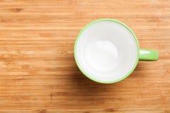 倒空绿色咖啡,茶杯子,杯子,在木头的顶视图 图库摄影
