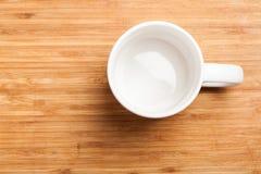 倒空绿色咖啡,茶杯子,杯子,在木头的顶视图 免版税库存图片