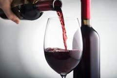 倒红葡萄酒入玻璃 免版税图库摄影