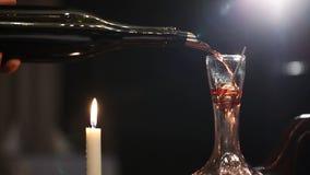 倒红葡萄酒的斟酒服务员入蒸馏瓶 股票视频