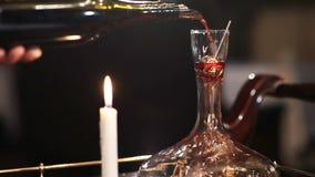 倒红葡萄酒的斟酒服务员入蒸馏瓶 股票录像