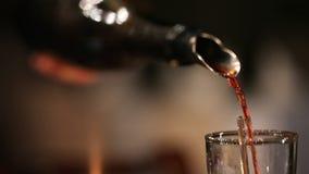 倒红葡萄酒的斟酒服务员入蒸馏瓶 影视素材