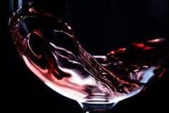 倒红葡萄酒的特写镜头 库存图片