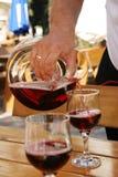 倒红葡萄酒的蒸馏瓶 库存照片