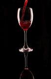 倒红葡萄酒的玻璃 库存图片