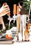 倒从轻拍的啤酒 库存图片