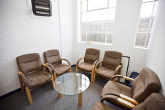 候诊室和桌内部有椅子的在电视台 免版税库存照片
