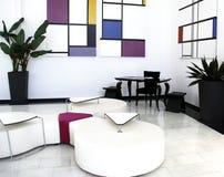 候诊室白色内部客人的 白色墙壁,黑桌,白色位子 免版税库存图片