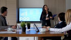 候选会议地点陈列公司数据的女实业家 股票视频