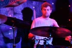 倭黑猩猩音乐家、生产商和DJ在音乐会执行在活力俱乐部 库存照片