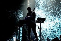 倭黑猩猩音乐家、生产商和DJ在音乐会执行在活力俱乐部 库存图片