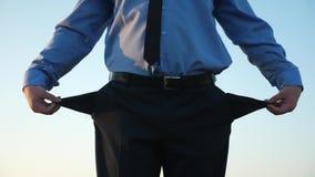 债务领带转弯空的口袋的人反对天空蔚蓝 人破产 叫化子事务 被破坏的企业 股票录像