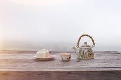 倾倒在山上流之上的茶 免版税图库摄影