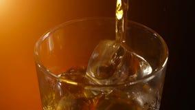 倾倒在岩石之上的苏格兰威士忌酒,温暖晚上大气, 影视素材