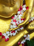 倾倒在菩萨图象之上的花水在Songkarn节日。 免版税库存照片