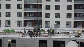 倾倒在建造场所之上的建造者水泥新的地板 股票录像
