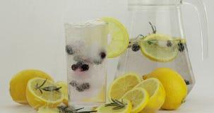 倾吐一份冷的苏打饮料 柠檬和冰在饮料玻璃 刷新的鸡尾酒 影视素材