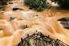 倾吐下来在非常大雨以后的泥和水 库存照片