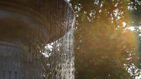 倾吐从一个具体城市喷泉特写镜头的水滴 股票视频