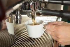 倾吐从咖啡机器的浓咖啡特写镜头 免版税库存图片