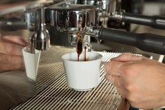 倾吐从咖啡机器的浓咖啡特写镜头 库存图片
