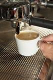 倾吐从咖啡机器的浓咖啡特写镜头 免版税库存照片