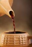 倾吐从咖啡罐的新酿造 图库摄影