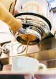 倾吐从有无底的portafilter的咖啡机器的浓咖啡特写镜头 `老虎脱模` 库存图片