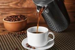 倾吐从的新鲜的咖啡 免版税库存照片