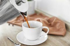 倾吐从罐的新鲜的咖啡 库存照片