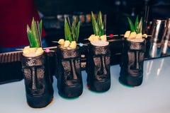 倾吐使用在酒吧柜台的过滤器甜桃红色健康鸡尾酒饮料的侍酒者 侍酒者景色 时髦时髦的白色 Copys 免版税图库摄影