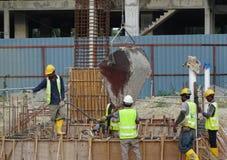 倾吐具体泥浆的建筑工人入地梁模板 免版税库存图片