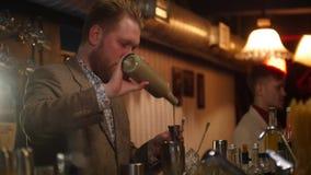 倾吐和混合红色和奶油色酒的年轻专业侍酒者 影视素材