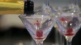 倾吐在从瓶的两块玻璃中的香宾 在Defocused的两块香宾玻璃 库存图片